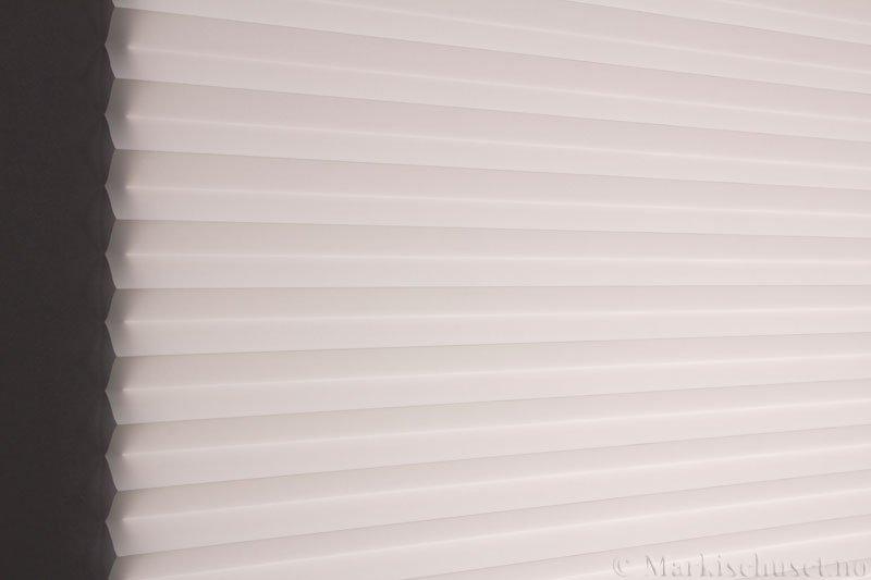 Plisségardin tekstil Chintz Topar Plus 290523-0204 Eggehvit farge. Bildet er tatt med lys bakfra.