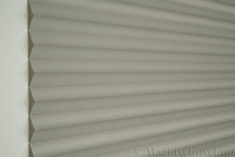 Plisségardin tekstil Chintz Topar Plus 290523-1000 Elefantgrå farge. Bildet er tatt med lys forfra.