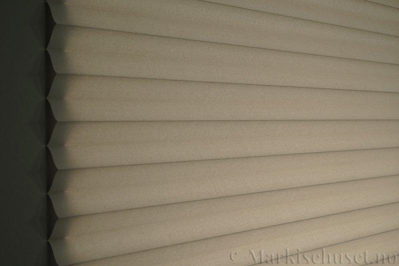 Plisségardin tekstil Chintz Topar Plus 290523-1000 Elefantgrå farge. Bildet er tatt med lys bakfra.