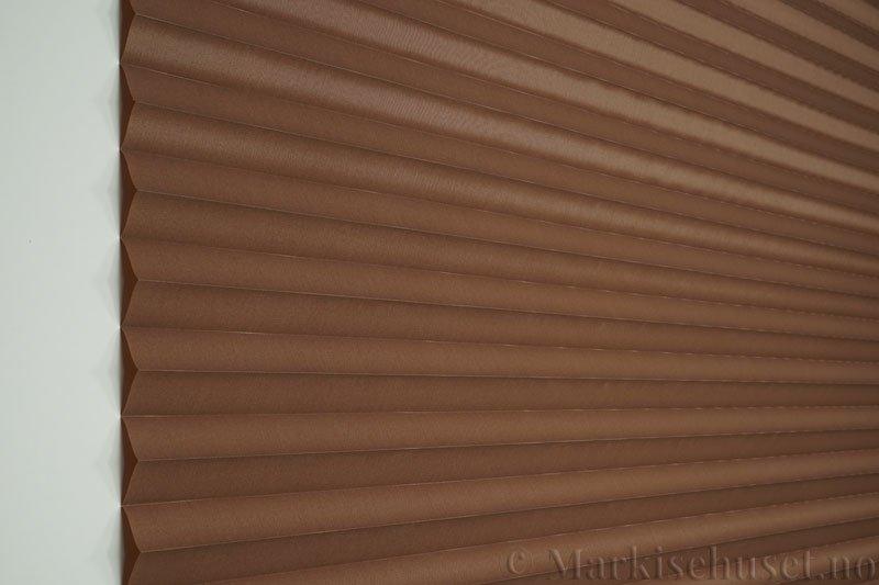 Plisségardin tekstil Chintz Topar Plus 290523-5101 Kaninbrun farge. Bildet er tatt med lys forfra.