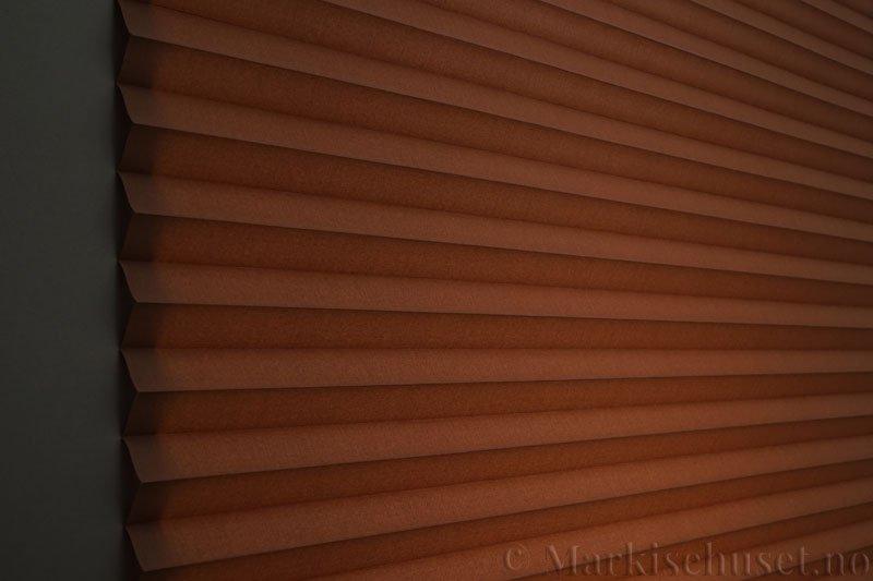Plisségardin tekstil Chintz Topar Plus 290523-5101 Kaninbrun farge. Bildet er tatt med lys bakfra.