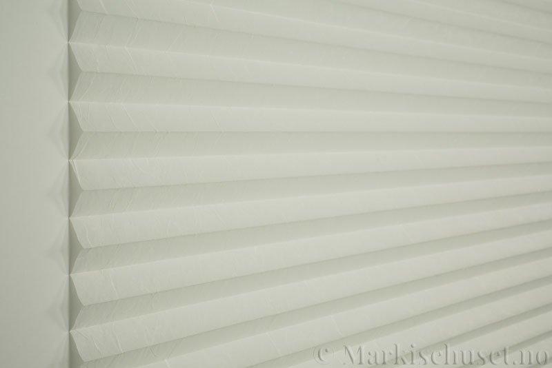Plisségardin tekstil Crush 290543-0204 Eggehvit farge. Bildet er tatt med lys forfra.