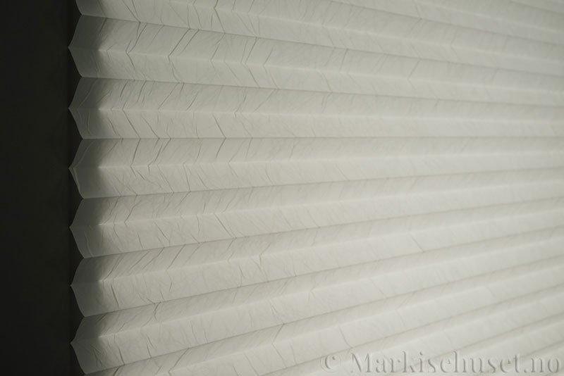 Plisségardin tekstil Crush 290543-0204 Eggehvit farge. Bildet er tatt med lys bakfra.