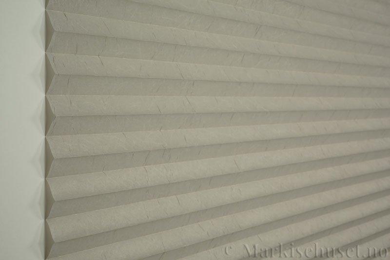 Plisségardin tekstil Crush 290543-1001 Sølv farge. Bildet er tatt med lys forfra.