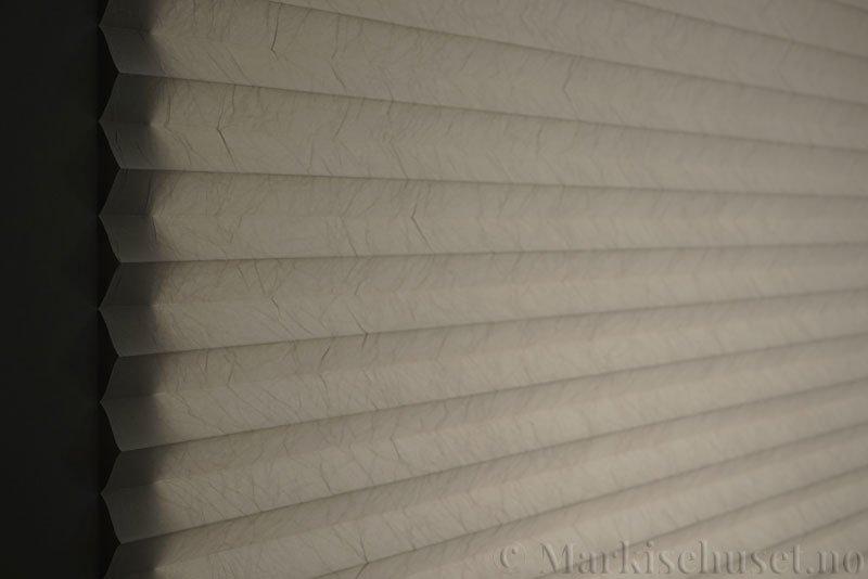 Plisségardin tekstil Crush 290543-1001 Sølv farge. Bildet er tatt med lys bakfra.