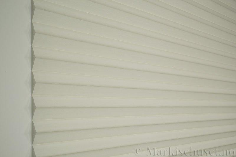 Plisségardin tekstil Silk Look 290547-0204 Eggehvit farge. Bildet er tatt med lys forfra.