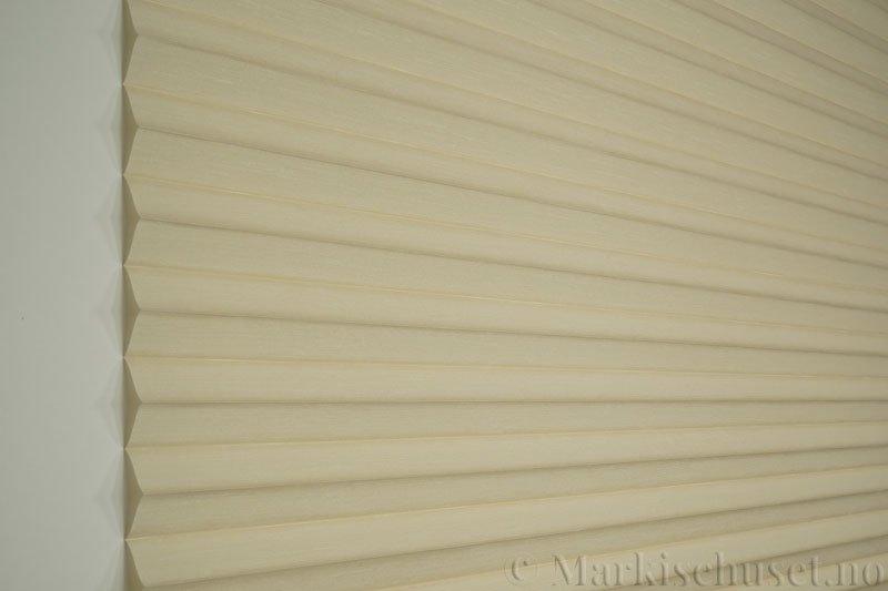 Plisségardin tekstil Silk Look 290547-0500 Bomullshvit farge. Bildet er tatt med lys forfra.