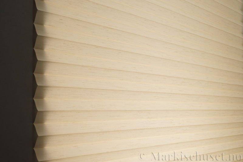 Plisségardin tekstil Silk Look 290547-0500 Bomullshvit farge. Bildet er tatt med lys bakfra.