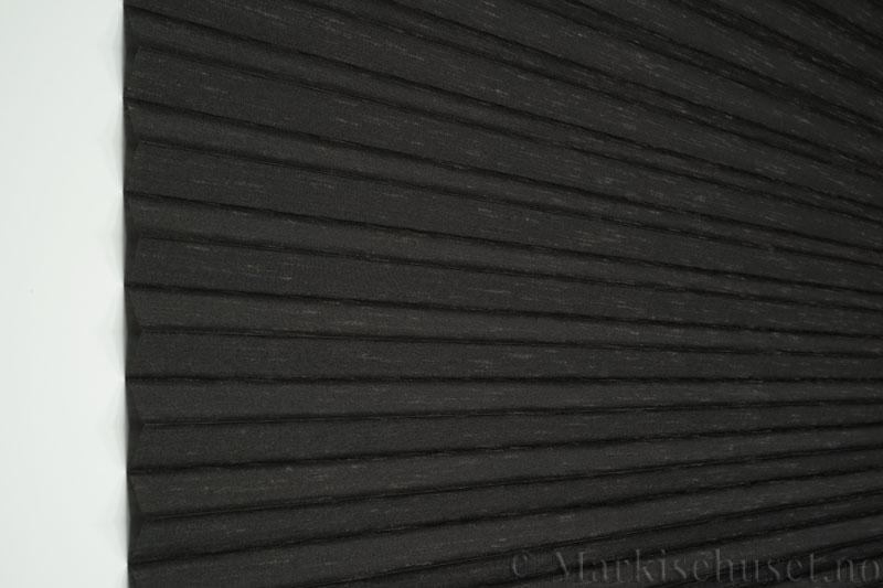 Plisségardin tekstil Silk Look 290547-1733 Antrasitt farge. Bildet er tatt med lys forfra.