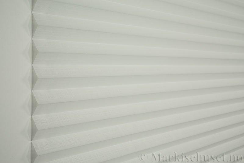 Plisségardin tekstil Cadans 290564-0204 Eggehvit farge. Bildet er tatt med lys forfra.