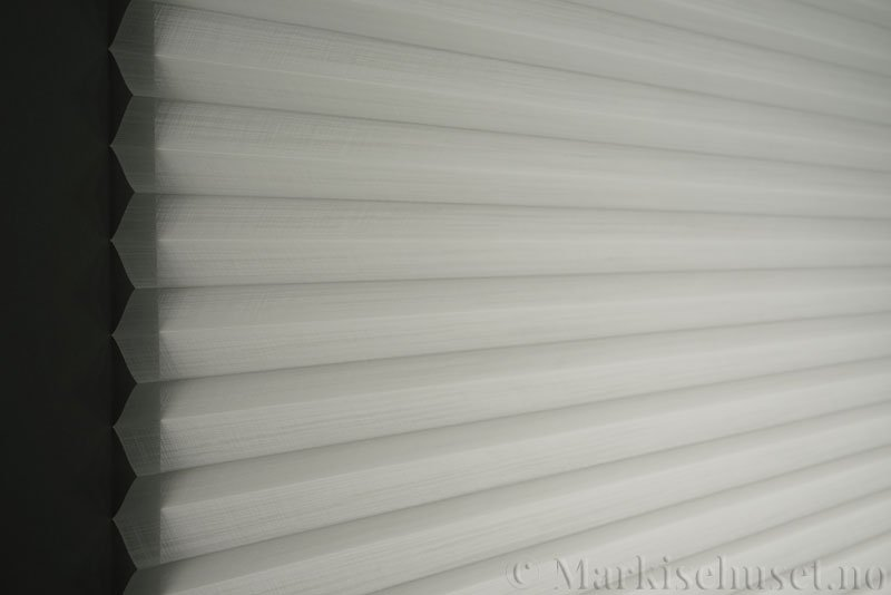 Plisségardin tekstil Cadans 290564-0204 Eggehvit farge. Bildet er tatt med lys bakfra.