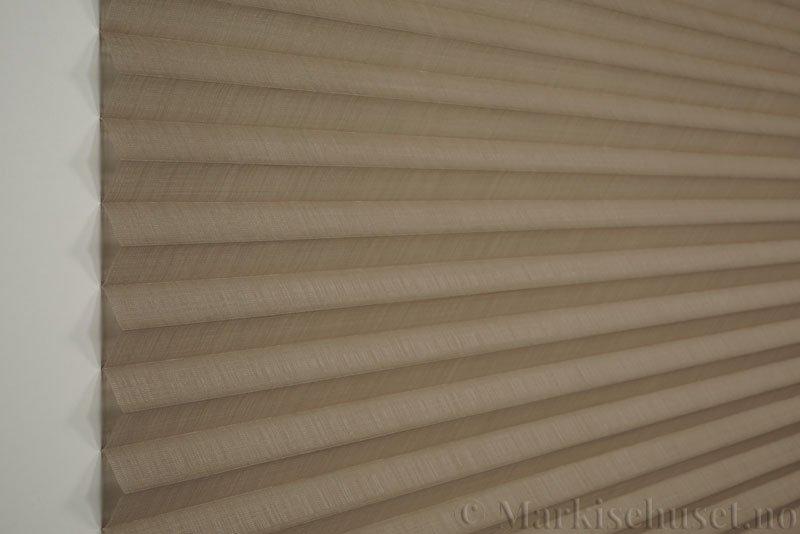 Plisségardin tekstil Cadans 290564-0999 Delfingrå farge. Bildet er tatt med lys forfra.