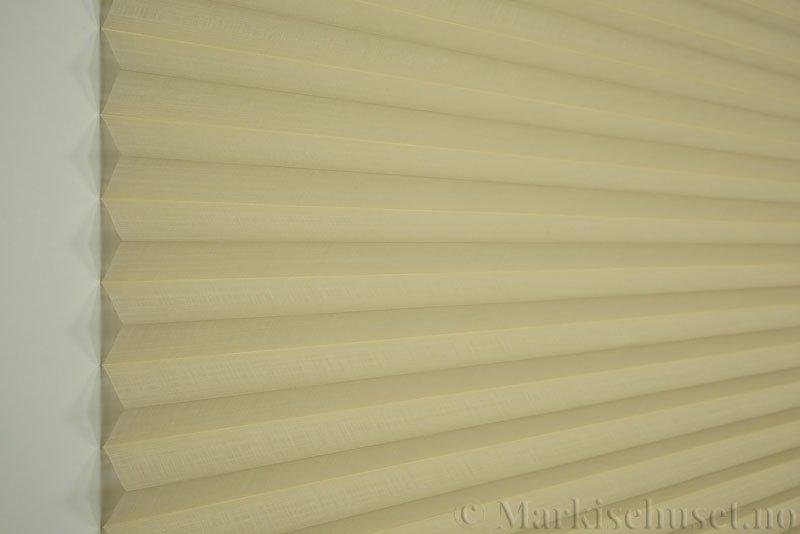Plisségardin tekstil Cadans 290564-4680 Lys beige farge. Bildet er tatt med lys forfra.
