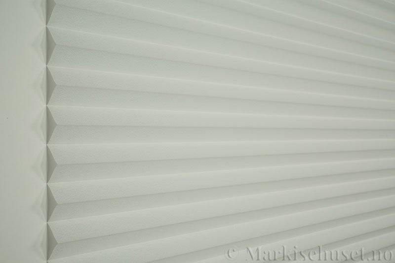 Plisségardin tekstil Crepé 290575-0150 Optisk hvit farge. Bildet er tatt med lys forfra.
