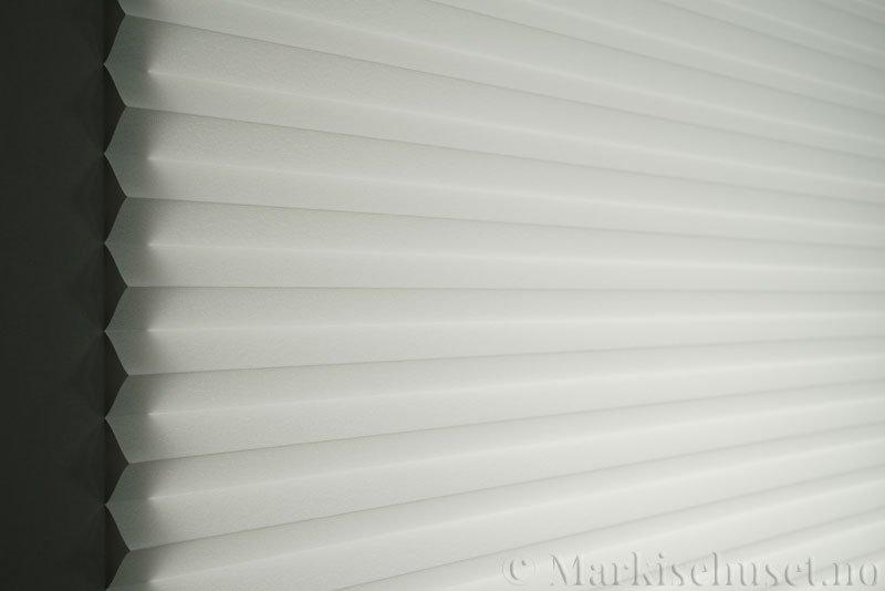 Plisségardin tekstil Crepé 290575-0150 Optisk hvit farge. Bildet er tatt med lys bakfra.