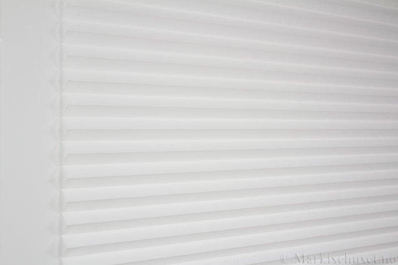 Plisségardin tekstil Crepé 290575-0204 Eggehvit farge. Bildet er tatt med lys forfra.