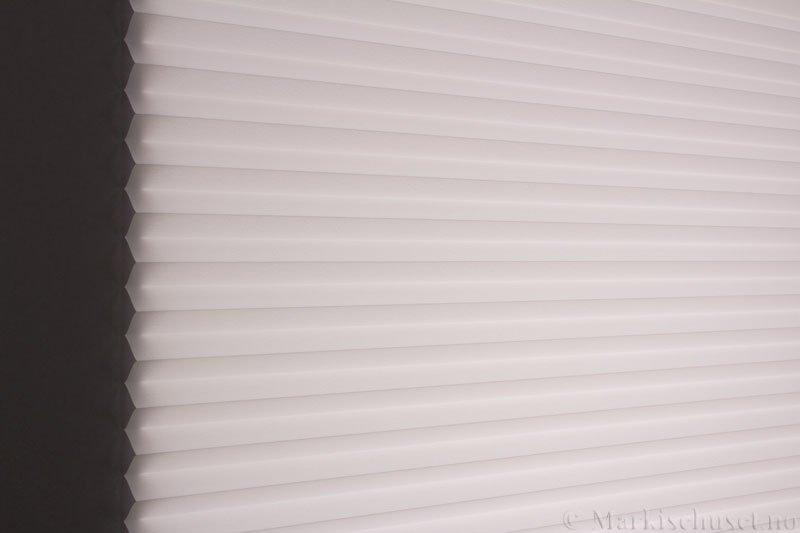 Plisségardin tekstil Crepé 290575-0204 Eggehvit farge. Bildet er tatt med lys bakfra.