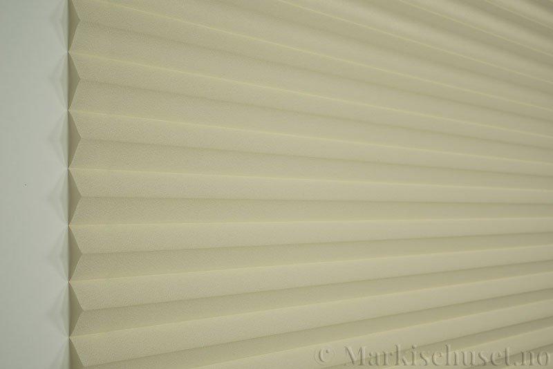 Plisségardin tekstil Crepé 290575-0600 Lys beige farge. Bildet er tatt med lys forfra.