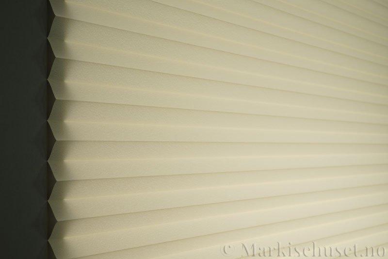 Plisségardin tekstil Crepé 290575-0600 Lys beige farge. Bildet er tatt med lys bakfra.