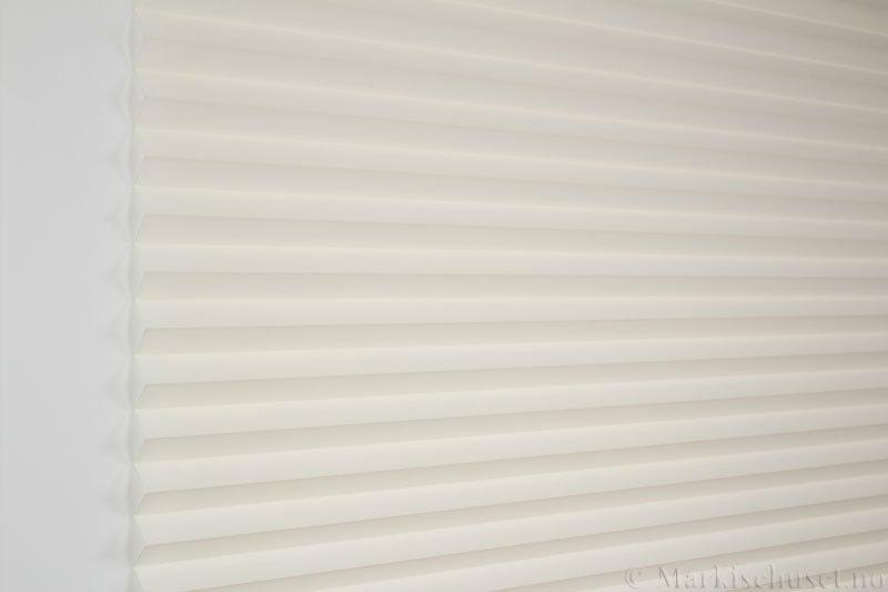 Plisségardin tekstil Crepé 290575-0748 Offwhite farge. Bildet er tatt med lys forfra.