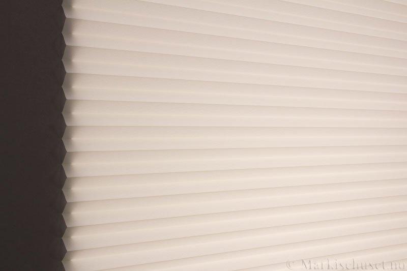 Plisségardin tekstil Crepé 290575-0748 Offwhite farge. Bildet er tatt med lys bakfra.