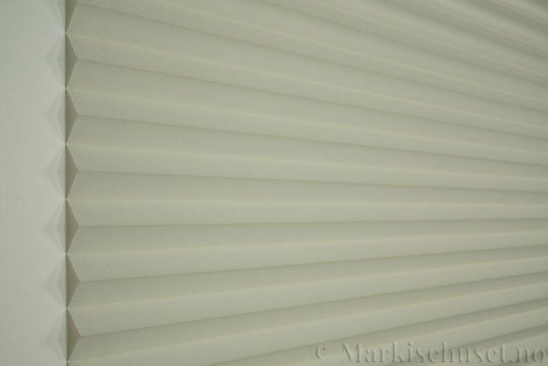 Plisségardin tekstil Crepé 290575-0888 Kremgrå farge. Bildet er tatt med lys forfra.