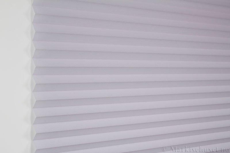 Plisségardin tekstil Crepé 290575-1200 Perlegrå farge. Bildet er tatt med lys forfra.