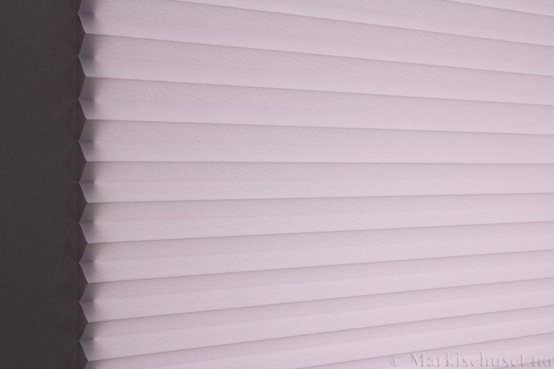 Plisségardin tekstil Crepé 290575-1200 Perlegrå farge. Bildet er tatt med lys bakfra.
