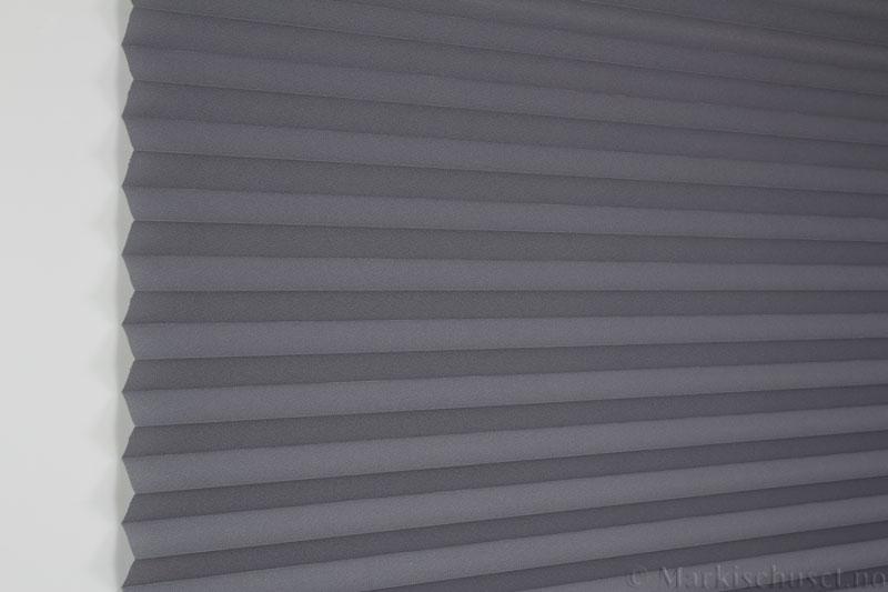 Plisségardin tekstil Crepé 290575-1650 Antrasitt farge. Bildet er tatt med lys forfra.