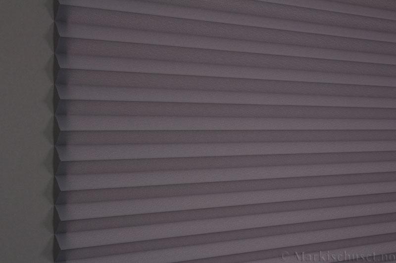 Plisségardin tekstil Crepé 290575-1650 Antrasitt farge. Bildet er tatt med lys bakfra.