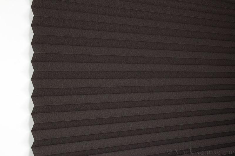 Plisségardin tekstil Crepé 290575-1990 Svartbrun farge. Bildet er tatt med lys forfra.