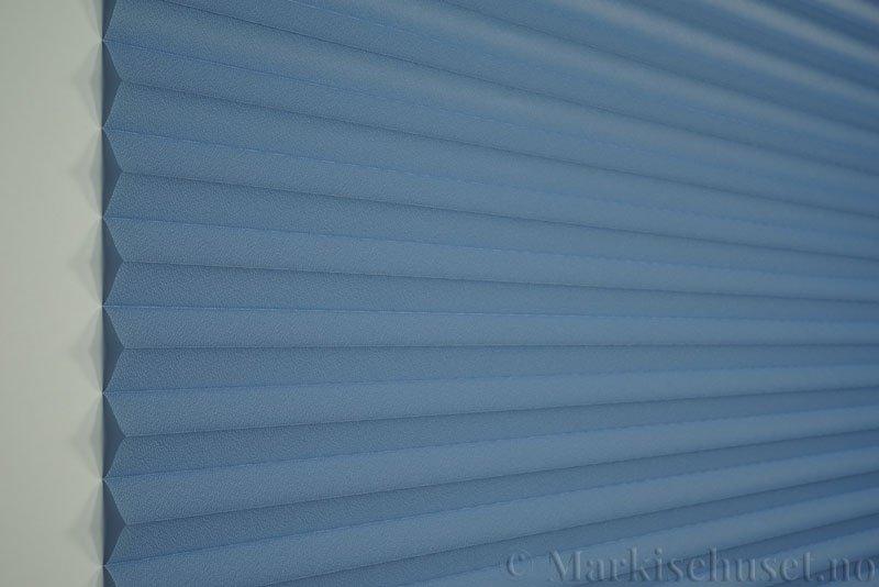 Plisségardin tekstil Crepé 290575-2626 Himmelblå farge. Bildet er tatt med lys forfra.