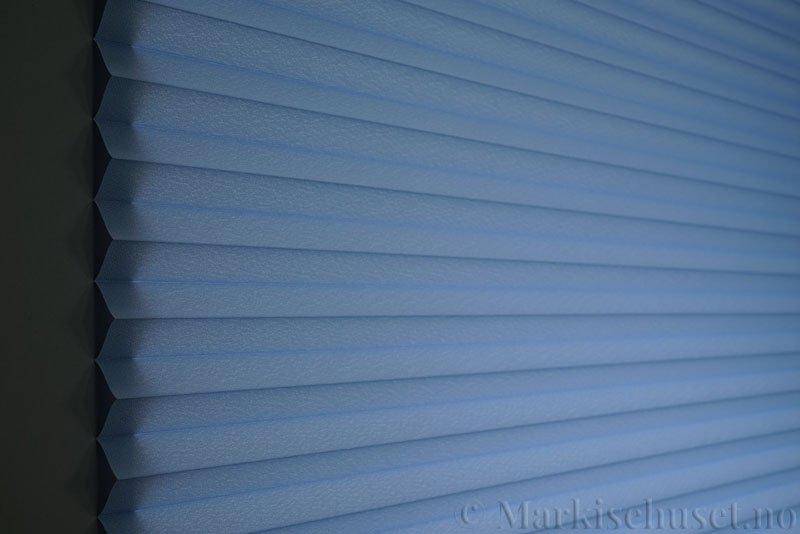 Plisségardin tekstil Crepé 290575-2626 Himmelblå farge. Bildet er tatt med lys bakfra.