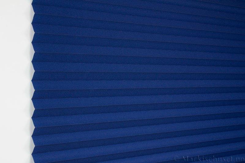 Plisségardin tekstil Crepé 290575-2650 Blå farge. Bildet er tatt med lys forfra.