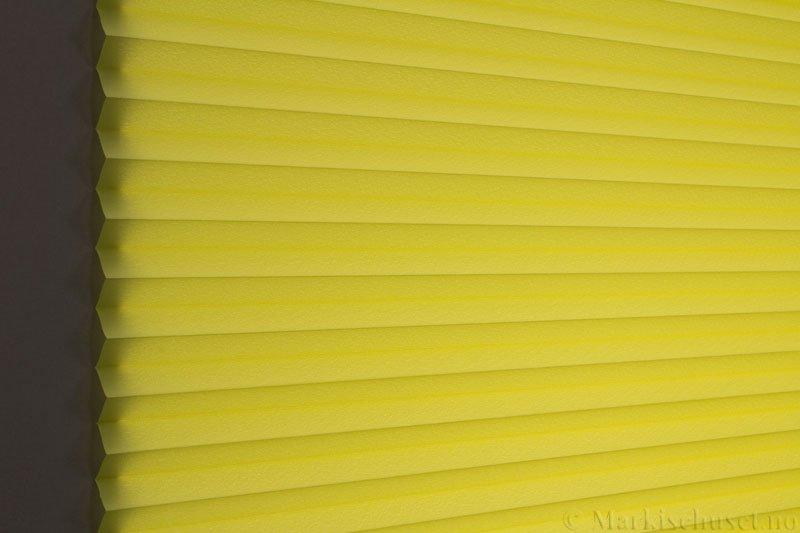 Plisségardin tekstil Crepé 290575-3888 Limegrønn farge. Bildet er tatt med lys bakfra.