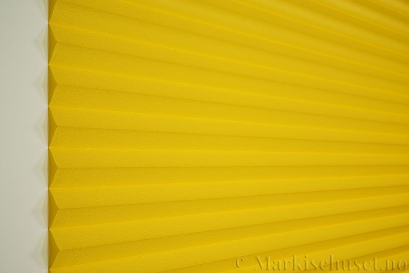 Plisségardin tekstil Crepé 290575-4141 Signalgul farge. Bildet er tatt med lys forfra.
