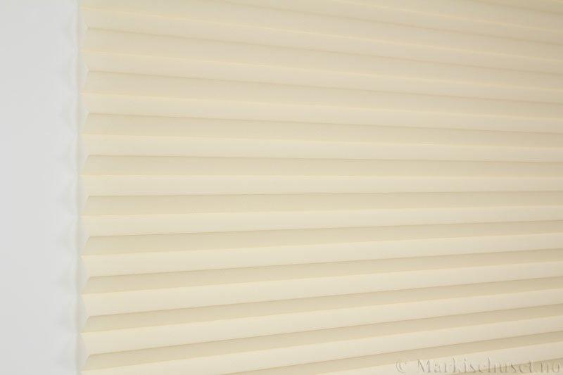 Plisségardin tekstil Crepé 290575-4570 Krem farge. Bildet er tatt med lys forfra.