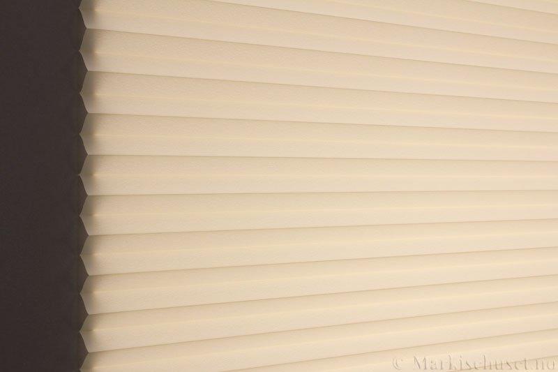 Plisségardin tekstil Crepé 290575-4570 Krem farge. Bildet er tatt med lys bakfra.