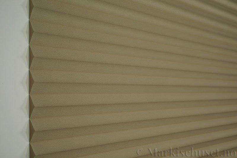 Plisségardin tekstil Crepé 290575-4666 Elgbrun farge. Bildet er tatt med lys forfra.