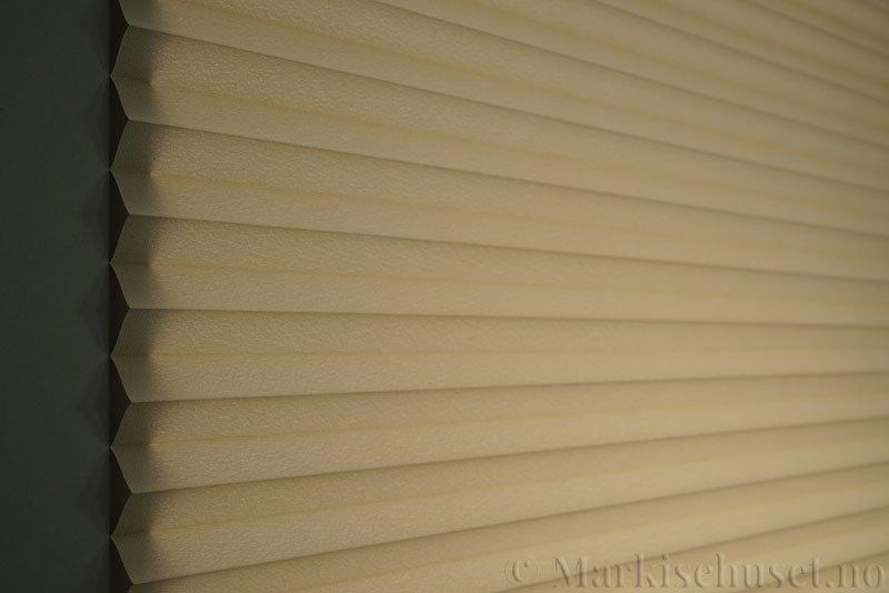 Plisségardin tekstil Crepé 290575-4666 Elgbrun farge. Bildet er tatt med lys bakfra.
