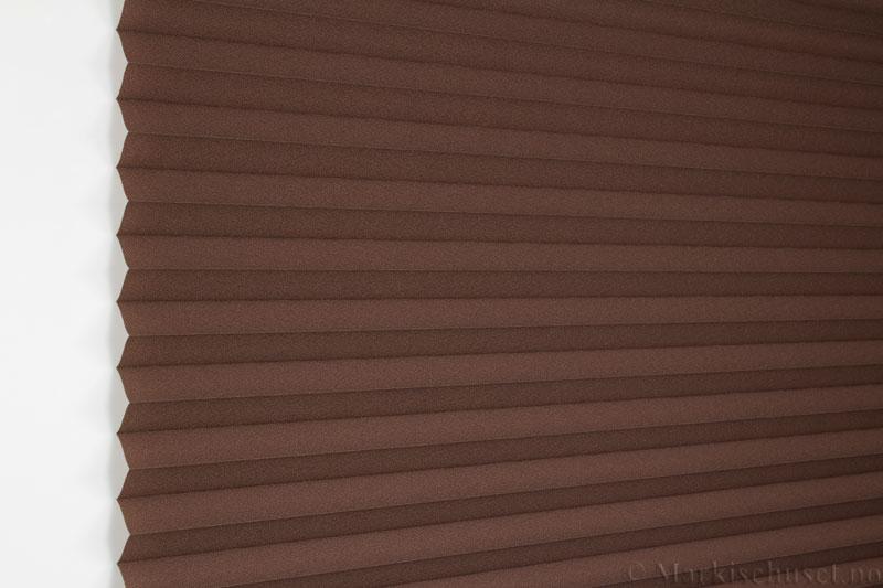 Plisségardin tekstil Crepé 290575-4940 Mørk brun farge. Bildet er tatt med lys forfra.