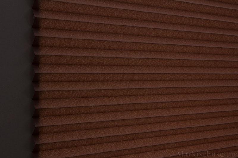 Plisségardin tekstil Crepé 290575-4940 Mørk brun farge. Bildet er tatt med lys bakfra.