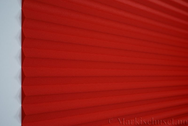 Plisségardin tekstil Crepé 290575-5566 Dyp rød farge. Bildet er tatt med lys forfra.