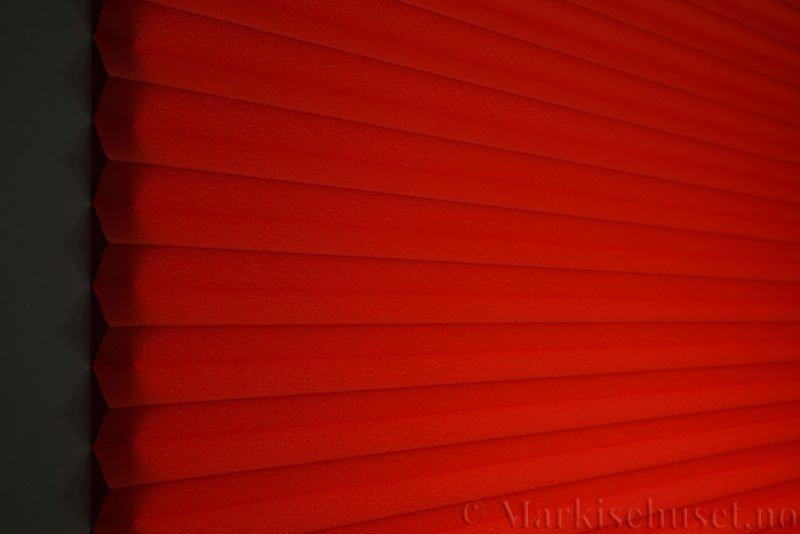 Plisségardin tekstil Crepé 290575-5566 Dyp rød farge. Bildet er tatt med lys bakfra.