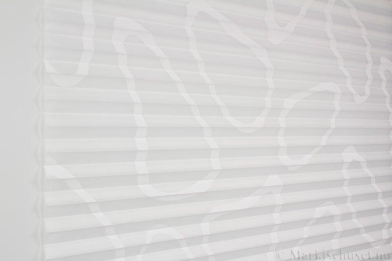 Plisségardin tekstil Telemo 290578-0204 Eggehvit farge. Bildet er tatt med lys forfra.