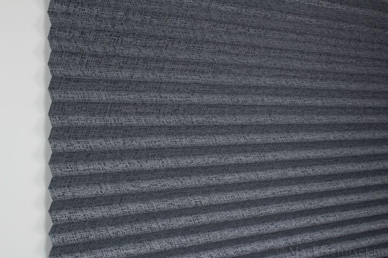 Plisségardin tekstil Manhattan Gloss 290581-1251 Sølv Antrasitt farge. Bildet er tatt med lys forfra.