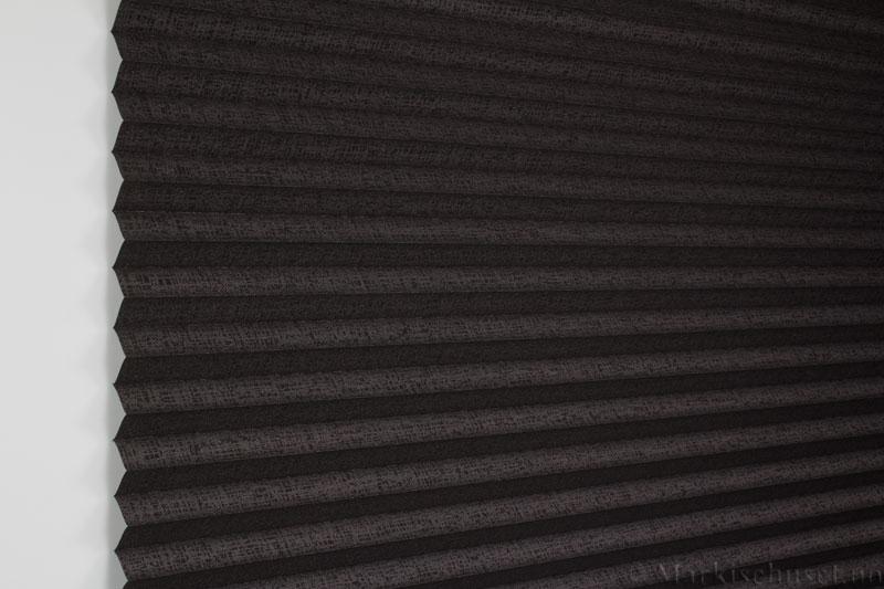 Plisségardin tekstil Manhattan Gloss 290581-4812 Bronse Antrasitt farge. Bildet er tatt med lys forfra.