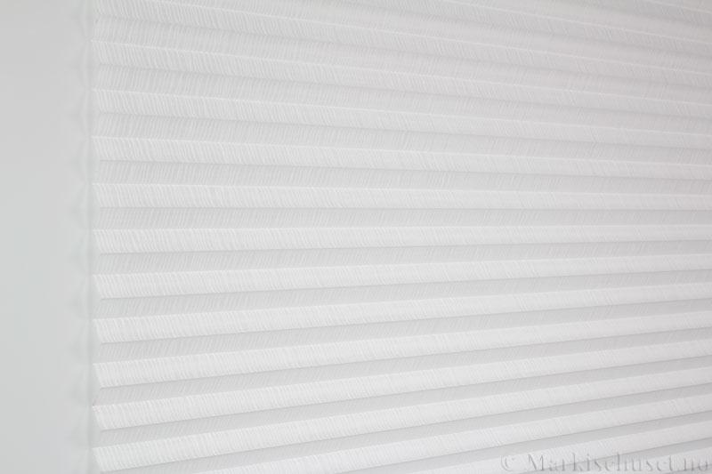 Plisségardin tekstil Lino Sheer 290586-0204 Eggehvit farge. Bildet er tatt med lys forfra.