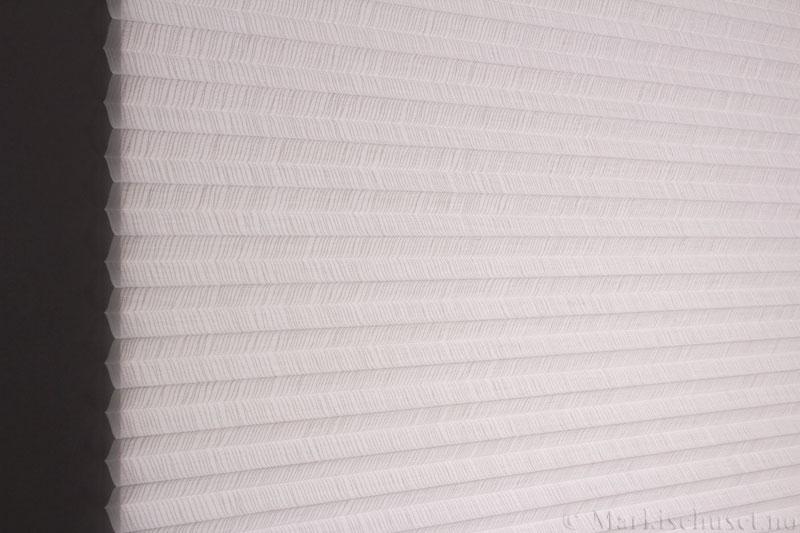 Plisségardin tekstil Lino Sheer 290586-0204 Eggehvit farge. Bildet er tatt med lys bakfra.