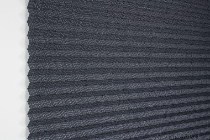 Plisségardin tekstil Lino Gloss 290588-1251 Sølv/Antrasitt farge. Bildet er tatt med lys forfra.